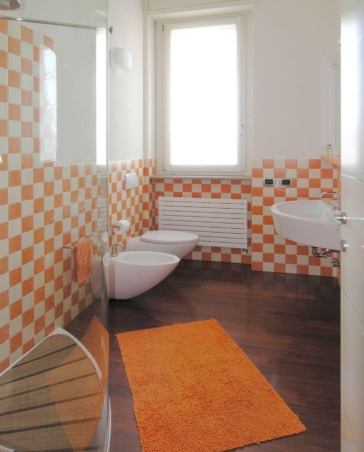 Arredare un bagno piccolo bagno piccolo con piastrelle a - Verniciatura a bagno ...