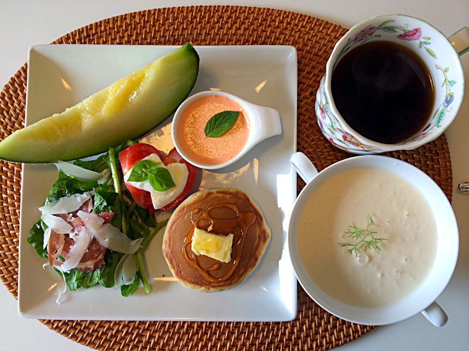 朝ごはんBreakfast  ホワイトコーンのスープ、パプリカのムース、パンケーキなどなど。