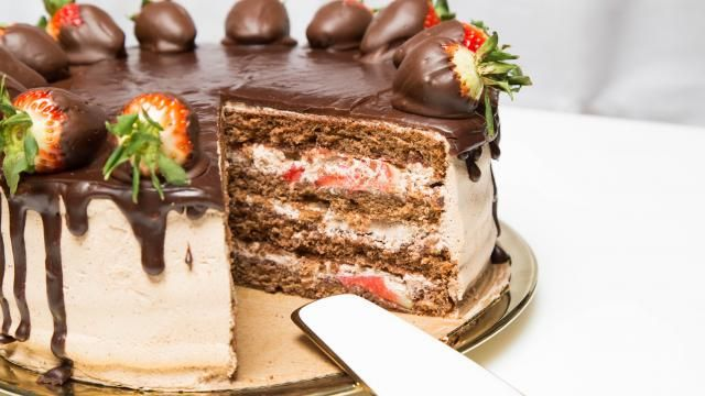 OMG!!!! Can someone please make me this!!!!Strawberry Chocolate Cake