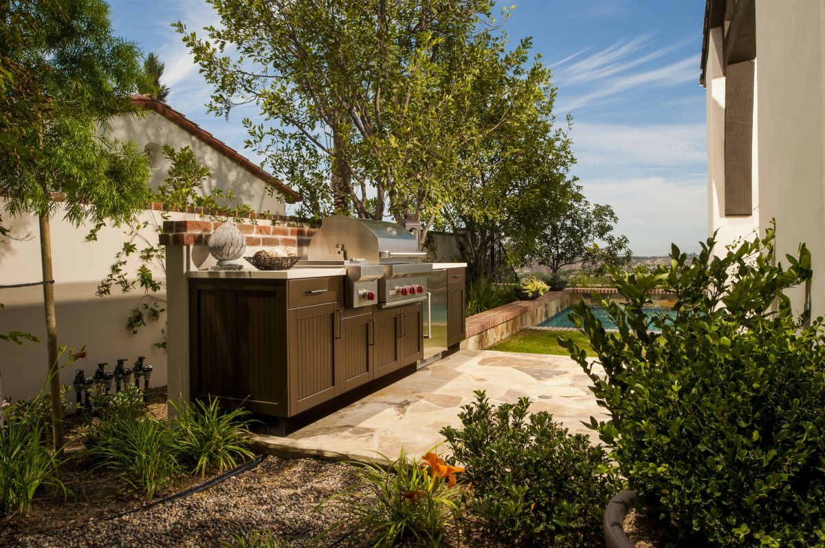 Brown Jordan Outdoor Kitchens Use Danver Stainless Steel Cabinetry To Create A Compact Side Yard