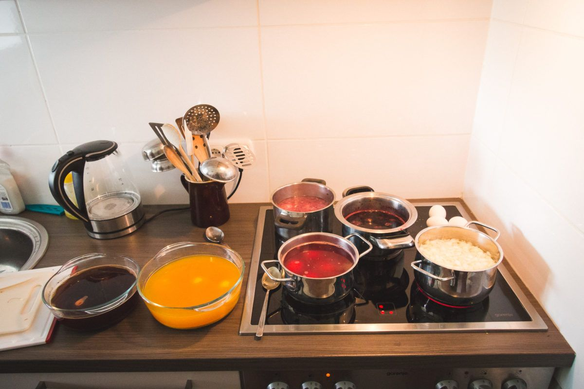 Ostern steht vor der Tür und wir möchten euch ein paar Ideen präsentieren, wie man Ostereier ohne Chemie schön und einfach mit natürlichen Zutaten färben kann. Einiges davon habt ihr bereits in der Küche – perfekt für euren DIY Nachmittag. Viel Spaß beim Tutorial.