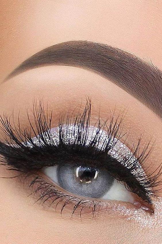 Más de 40 looks de maquillaje de ojos plateados que debes probar – Beauty Home