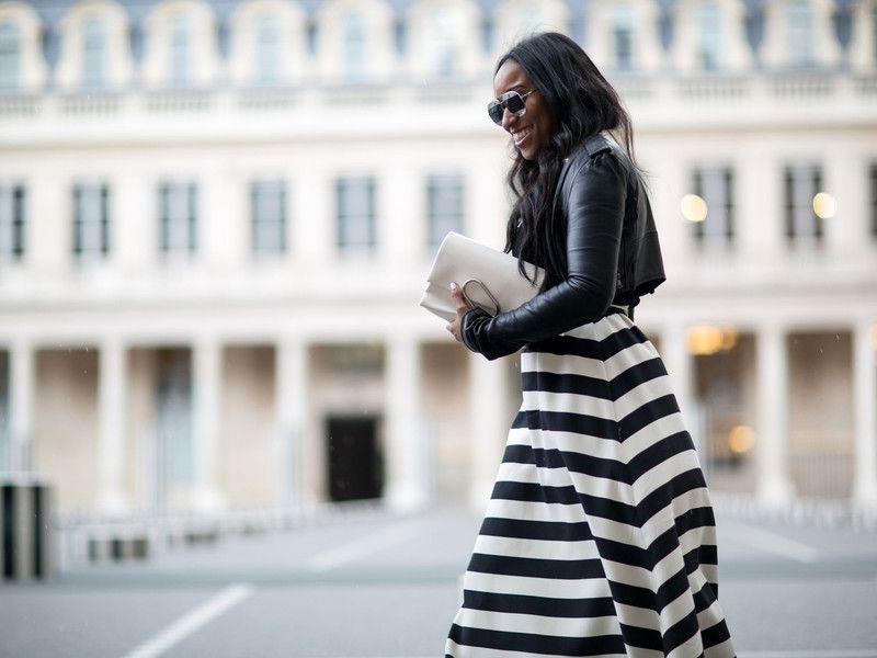 Spottet in Paris: Eine Besucherin der Pariser Fashion Week mit einer weißen Clutch