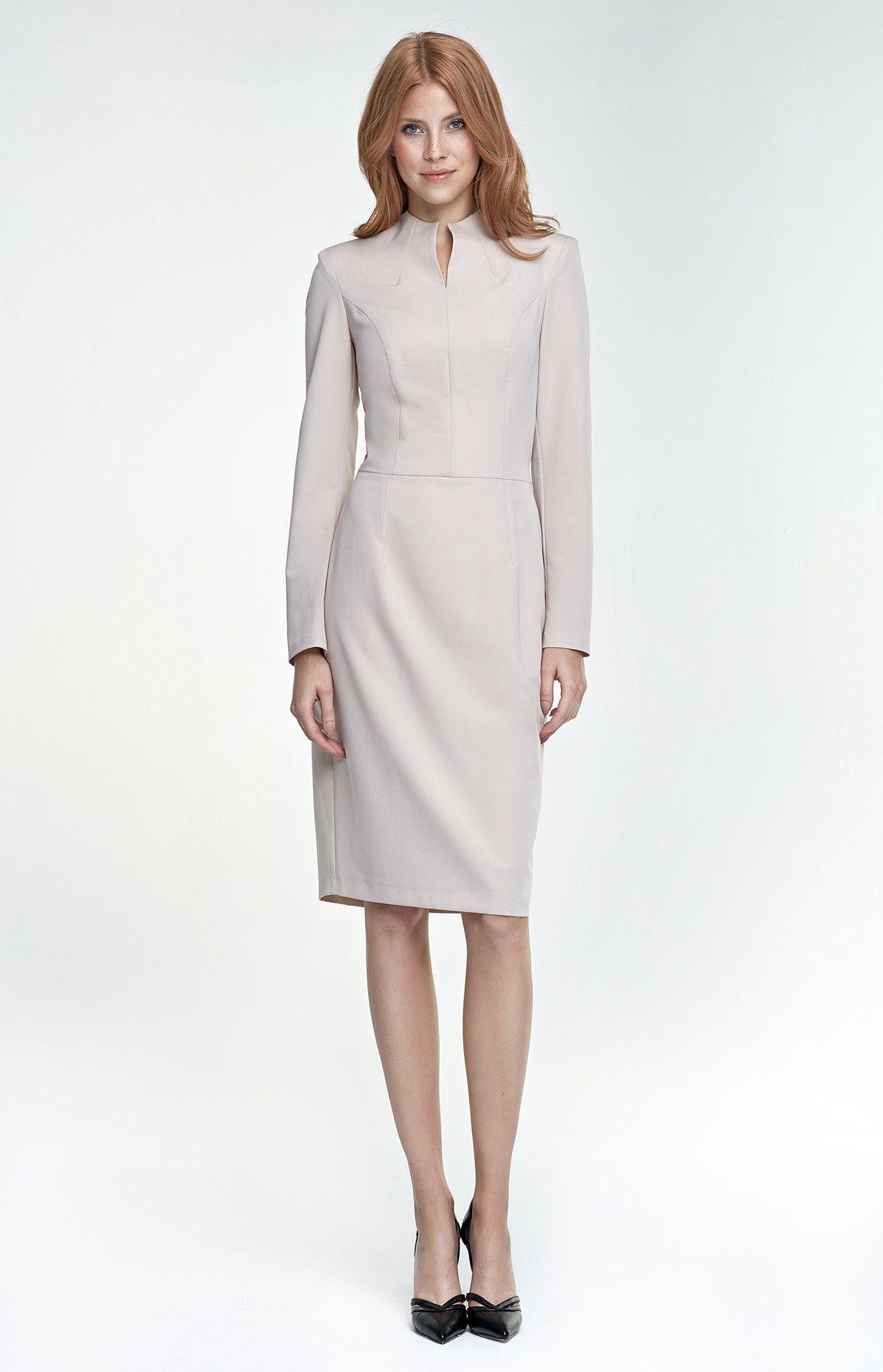 51509778cc7 Une+robe+stricte+à+manches+longues +beige+et+col+montant+pour+un+parfait+working+girl+look.