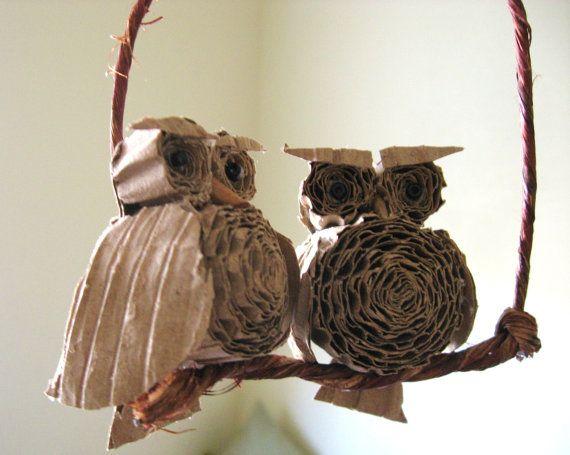 Búhos construidos a partir de cartón reciclado enrollado.