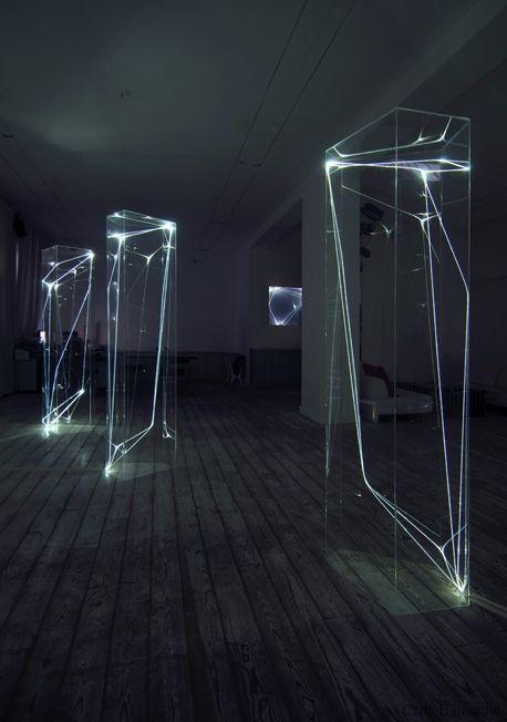 Fiber Optic Installations by Carlo Bernardini Doet me een beetje aan het heelal denken door de lichtgevende strepen. Alsof het vallende sterren zijn.