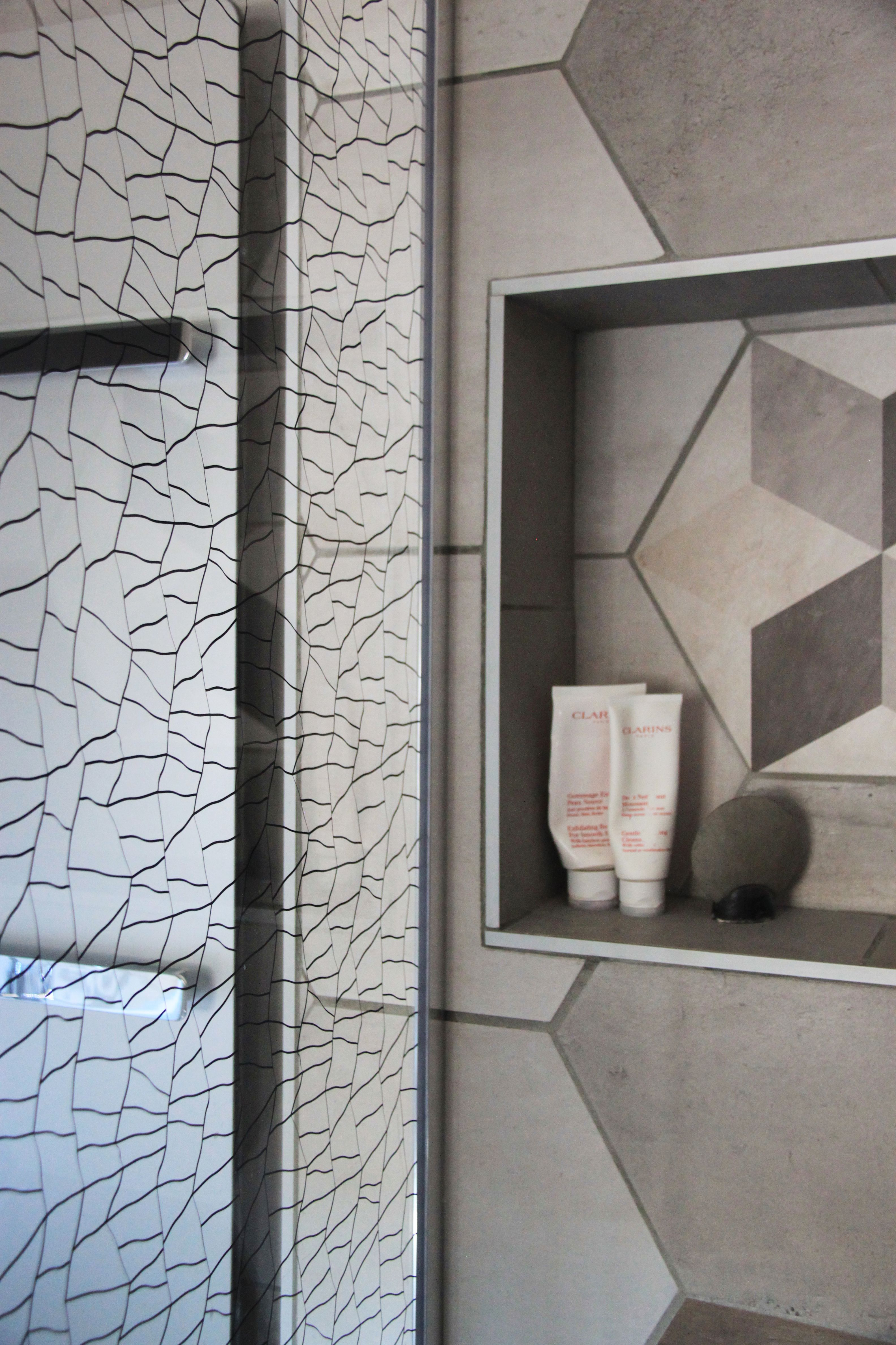 détail : niche pour gel douche dans salle de bain avec paroi en ...
