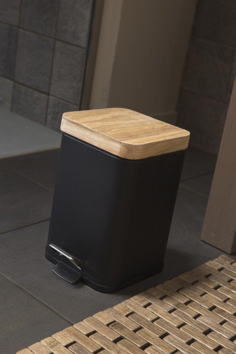 Une poubelle de salle de bains noire et en bois  Salle de bains