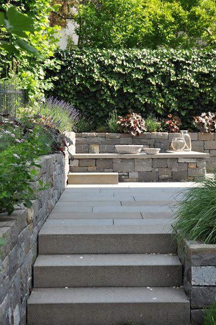 Sandkasten und Mauer aus Naturstein im Familiengarten. #garden ...