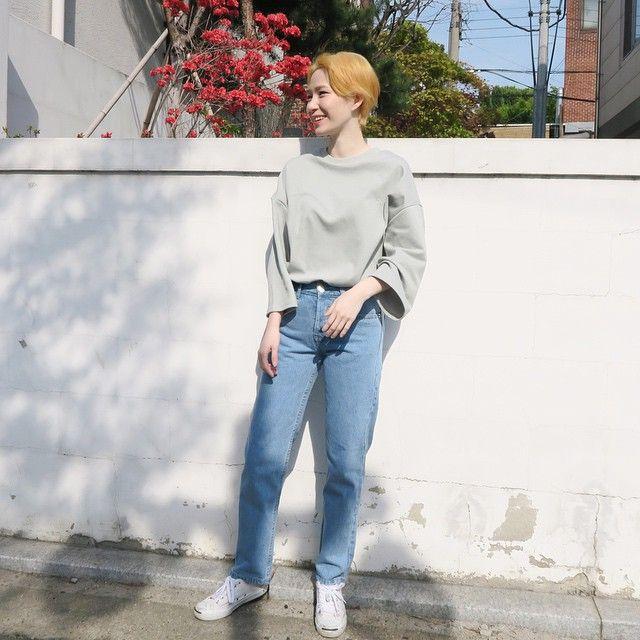 해가 쨍해요 ☀️ 봄은 스쳐갔나봐요  top : pastel easy mtm T bottom : fresh-blue high denim pants