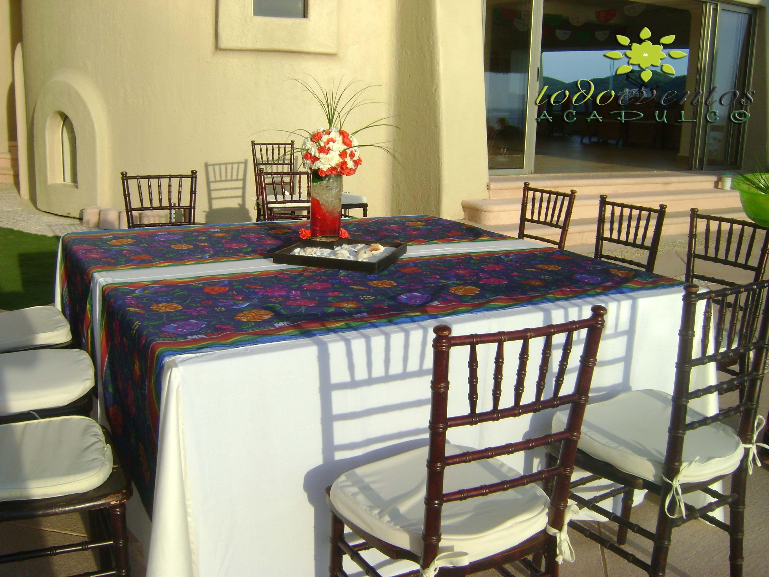 Mesa cuadrada con caminos de mesa tradicionales sillas for Caminos para mesas redondas