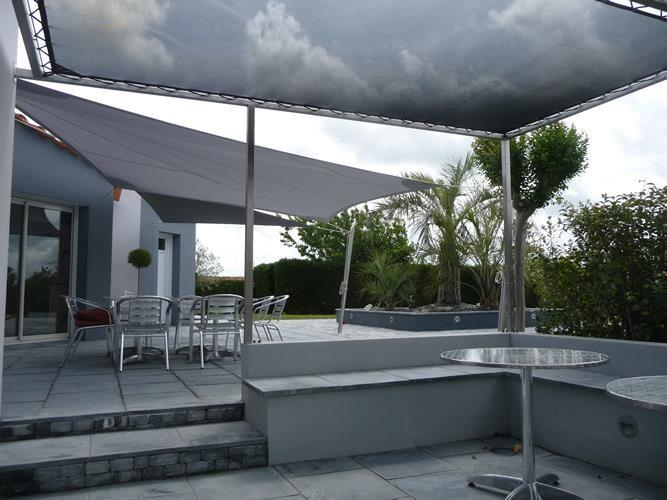 Terrasse deux niveaux abrit e par une toile de terrasse et un voile d 39 omb - Toile d ombrage terrasse ...