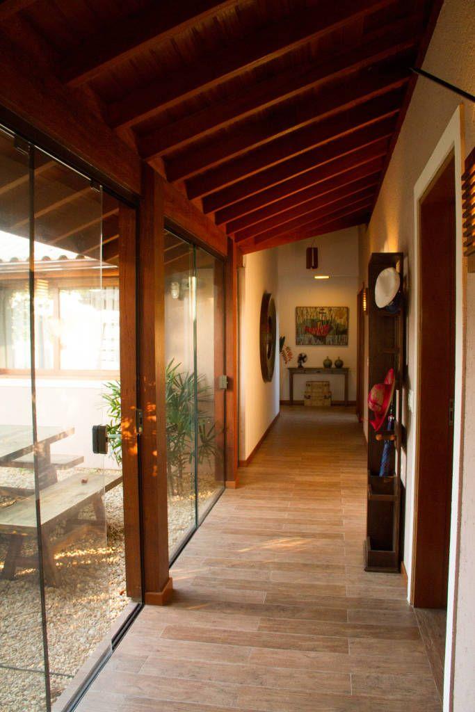 Navegue por fotos de Corredores, halls e escadas Rústico: Casa de Praia. Veja fotos com as melhores ideias e inspirações para criar uma casa perfeita.