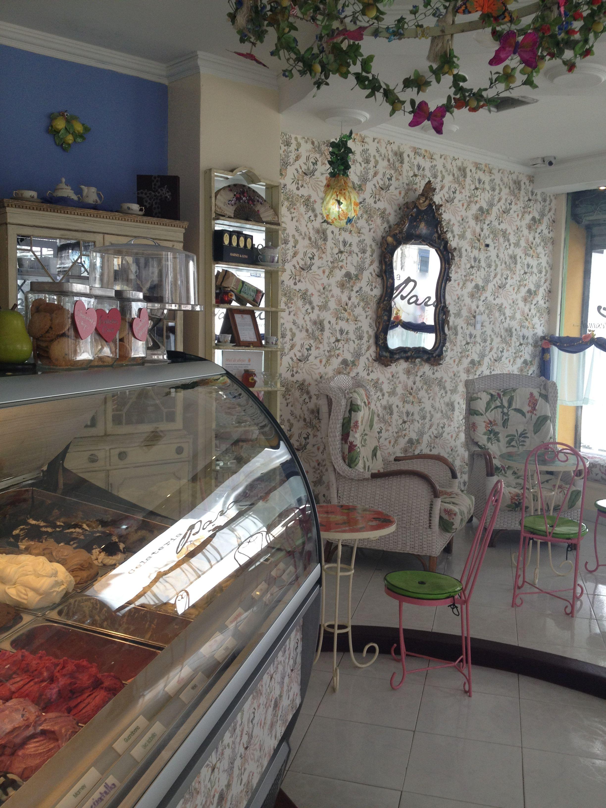 La gran dama de los helados en Cartagena, Gelateria Paradiso, les invita a escaparse del sol y adentrarse en un ambiente refinado y lleno de encanto, donde podrán disfrutar de las cremosas delicias creadas todos los días por nuestras maestras heladeras en la más estricta tradición italiana. Sabores exóticos, como la flor de Jamaica y fruta de la pasión, se combinan con ingredientes 100% naturales y sin aditivos para brindarles el mejor helado posible.