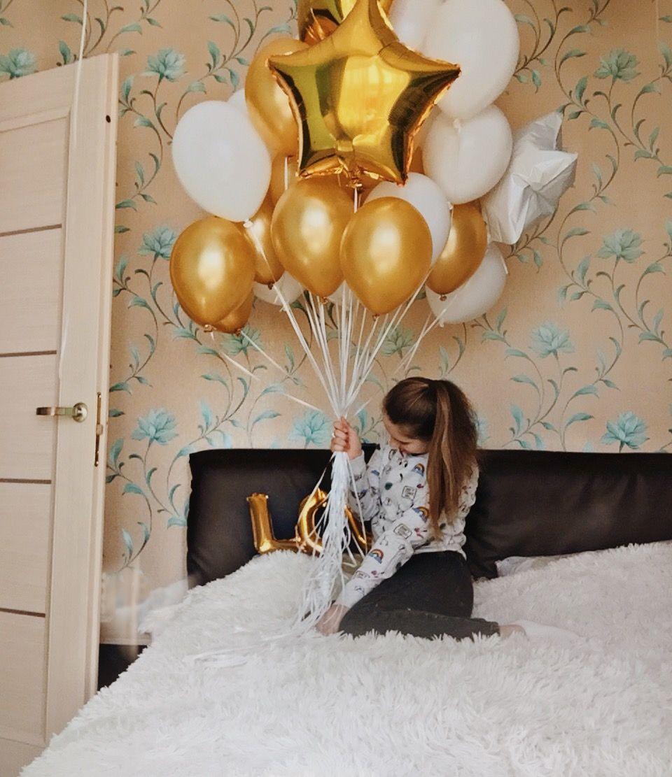 Фото с воздушными шариками сидя на кровати