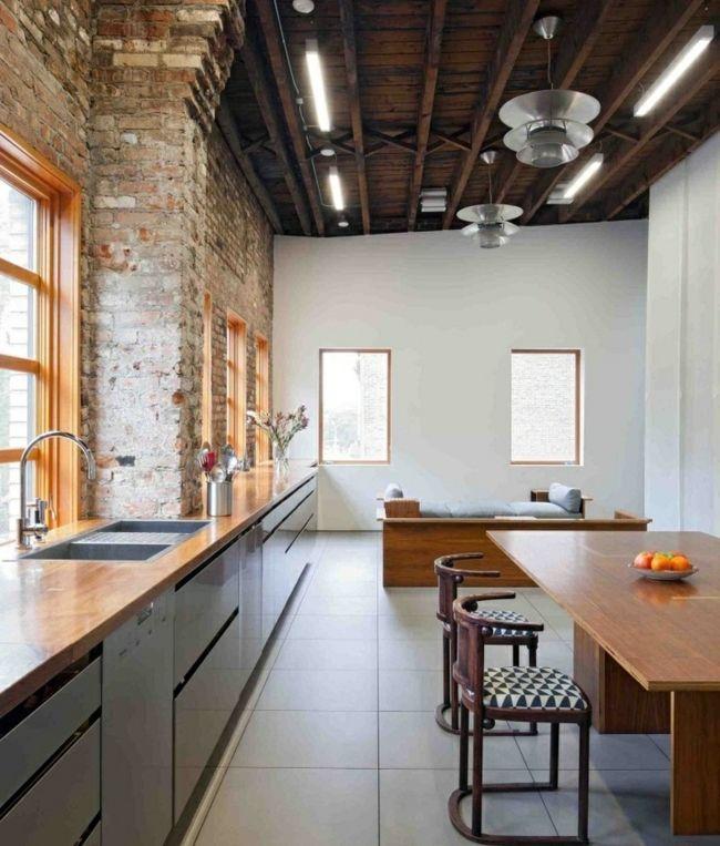 schmale-Küche-Ziegelwand-Wohnung-Einrichtung-große-Fensterjpg 650