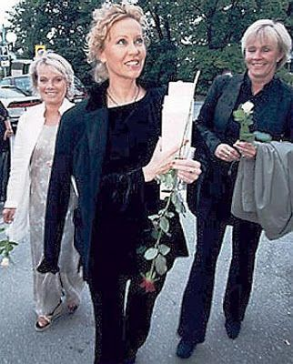 Agnetha attending the 50th birthday party of Thomas Johansson in 1998 with Gorel…