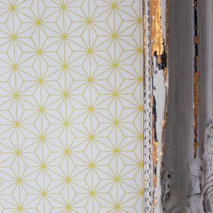 Geel behang van een japans patroon. Mooi in een hal, woonkamer ...
