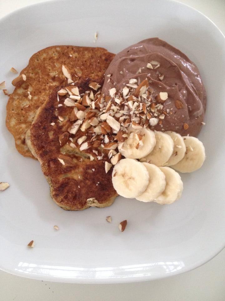 340 kcal. Pandekager: 1/2 banan, 1 æg og en spsk havregryn. Kakaoskyr: skyr med kakao og sødemiddel. Topping: 11 mandler og 1/2 banan.