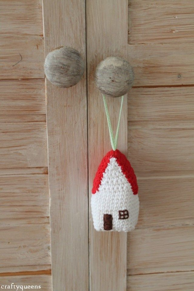 Cute crocheted house hanger. Tutorial in Dutch and English by Crafty Queens