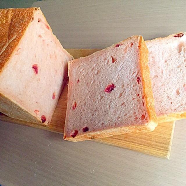 いちご酵母が元気です。 生のいちごをドライにしたものを生地に練り込み、紅麹でほんのりピンクに仕上げました。いちごの香り漂うふわふわもっちりの食パンです。 - 44件のもぐもぐ - いちご酵母でいちご食パン by masamisugipH8