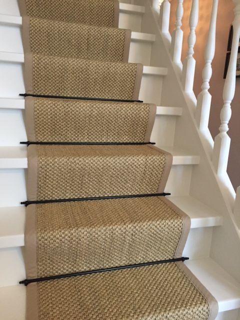 Sisal traploper met zwarte roedes het sisal tapijt is afgewerkt met een katoenenband als bies - Tapijt badkamer hout ...
