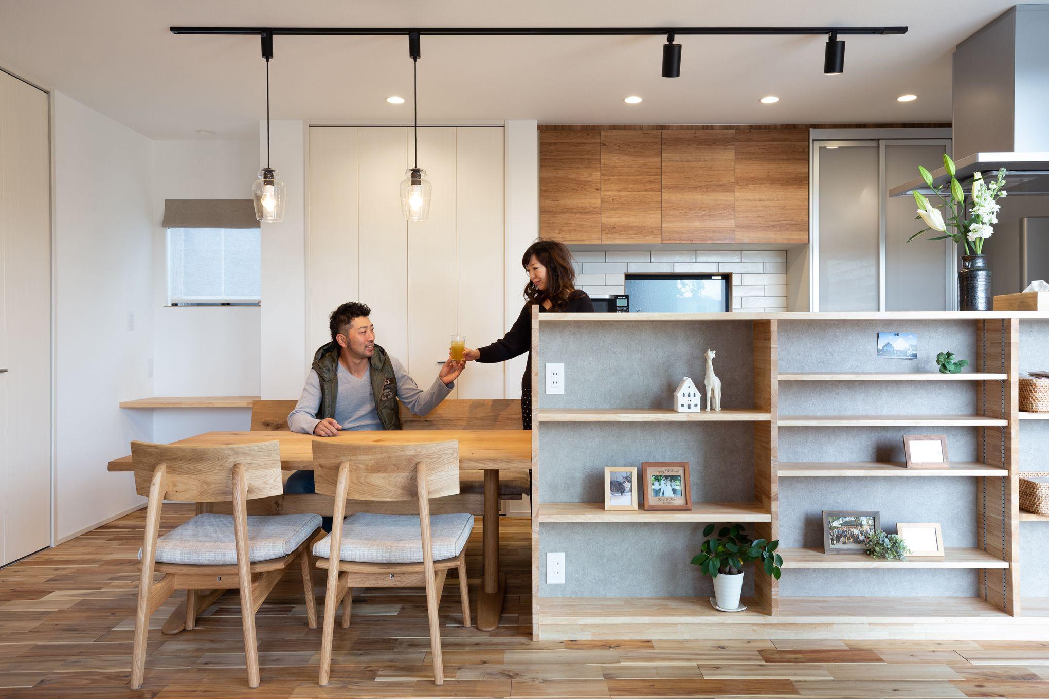 キッチンから繋がるダイニングテーブルは家事の動線もスムーズ Ldk全体を見渡すことができます 注文住宅 インテリアアイデア リビング キッチン