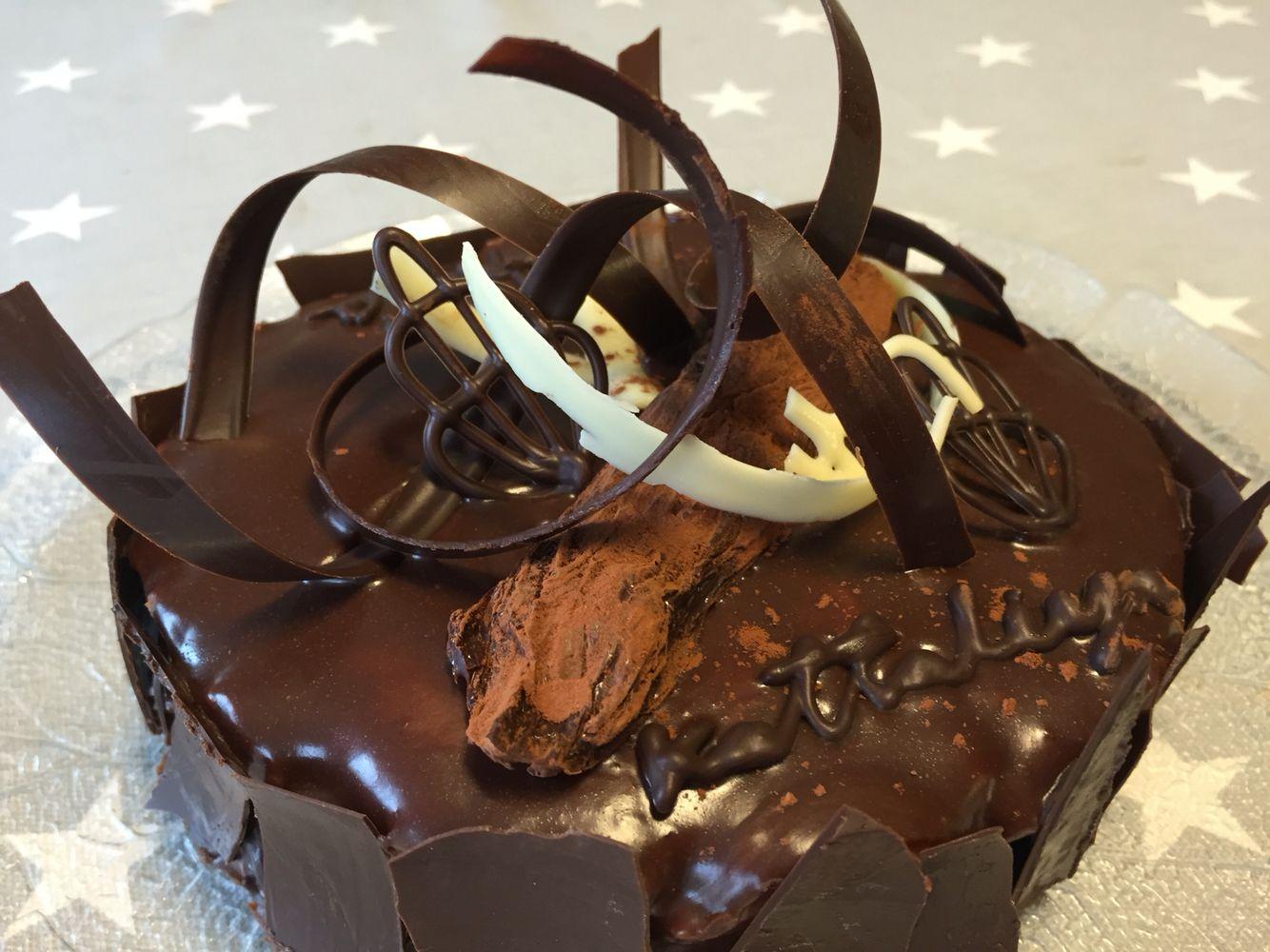 Chocolatecake By KTLY Den første sjokoladekaken min, denne bakte jeg på skolen. Var ikke så pent men fornøyd :)