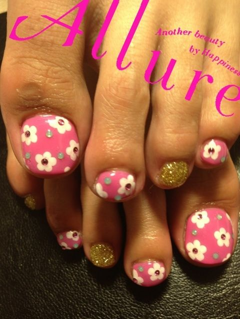 Pink toenails with white dot style flowers with gold glitter toenail painted with flowers base is pink polish prinsesfo Choice Image