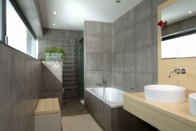Badezimmer Fliesen Beton Optik Badewanne Holz Waschtisch Runde ... Fliesen Zu Holz Waschtisch