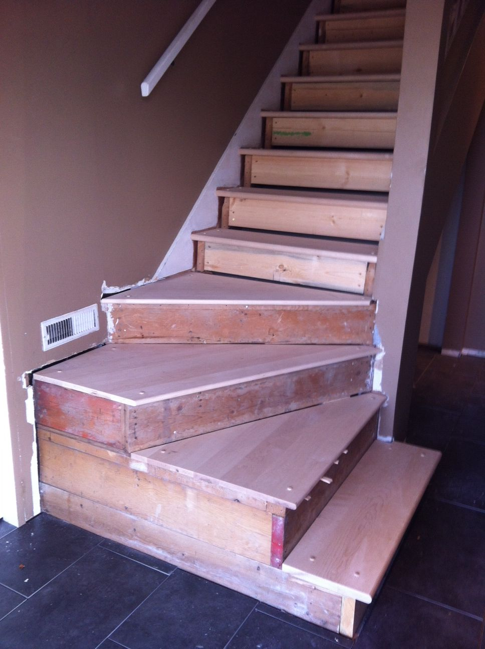 Best Want To Remake The Bottom Of My Stairs To Turn Like This 400 x 300