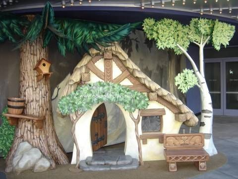 the carving on the house and that little bench! Snow White and the Seven Dwarfs #snowwhite