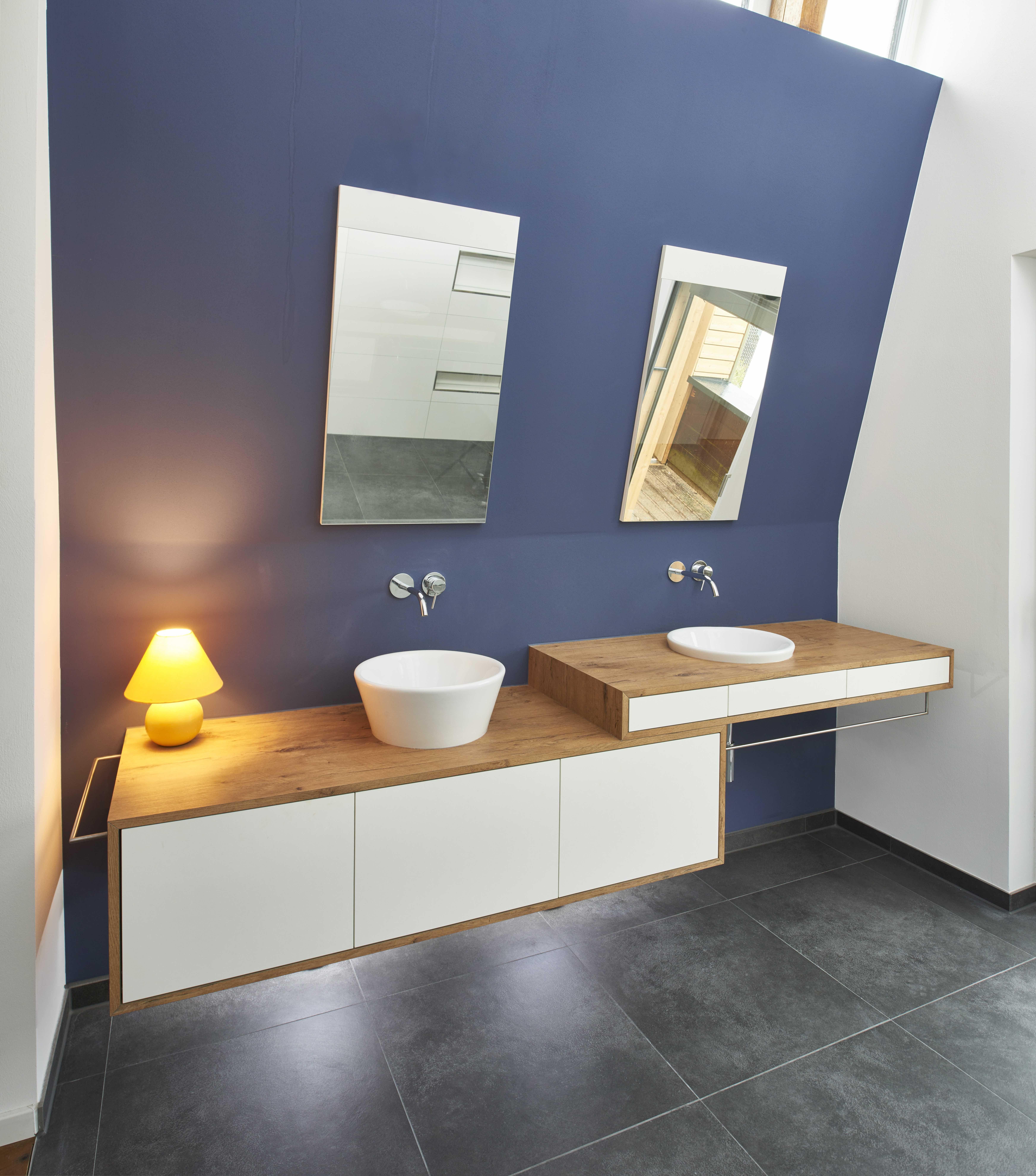 Dieses Bad besteht aus einem Aufsatzwaschbecken und einem