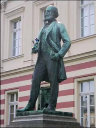 صورة لتمثال العالم كيكولي مكتشف البنزين فى ألمانيا وقد وضع أحدهم زجاجة كحول فى يده لابد أنه أراد أن يعبر عن شكره الشديد له إعداد Ahmed Salem تاريخ