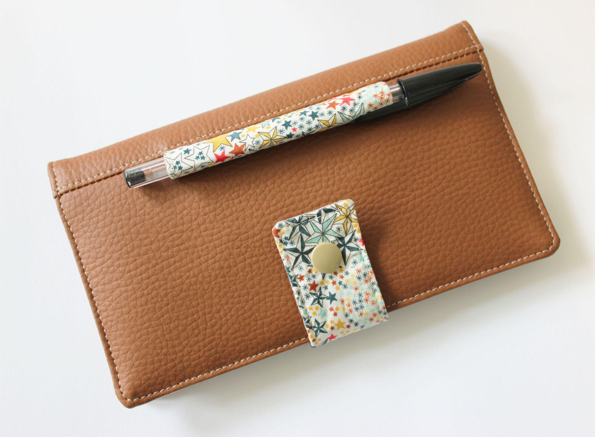 Porte ch quier format portefeuille avec son emplacement crayon int gr simili marron et liberty - Bas avec porte jarretelle integre ...
