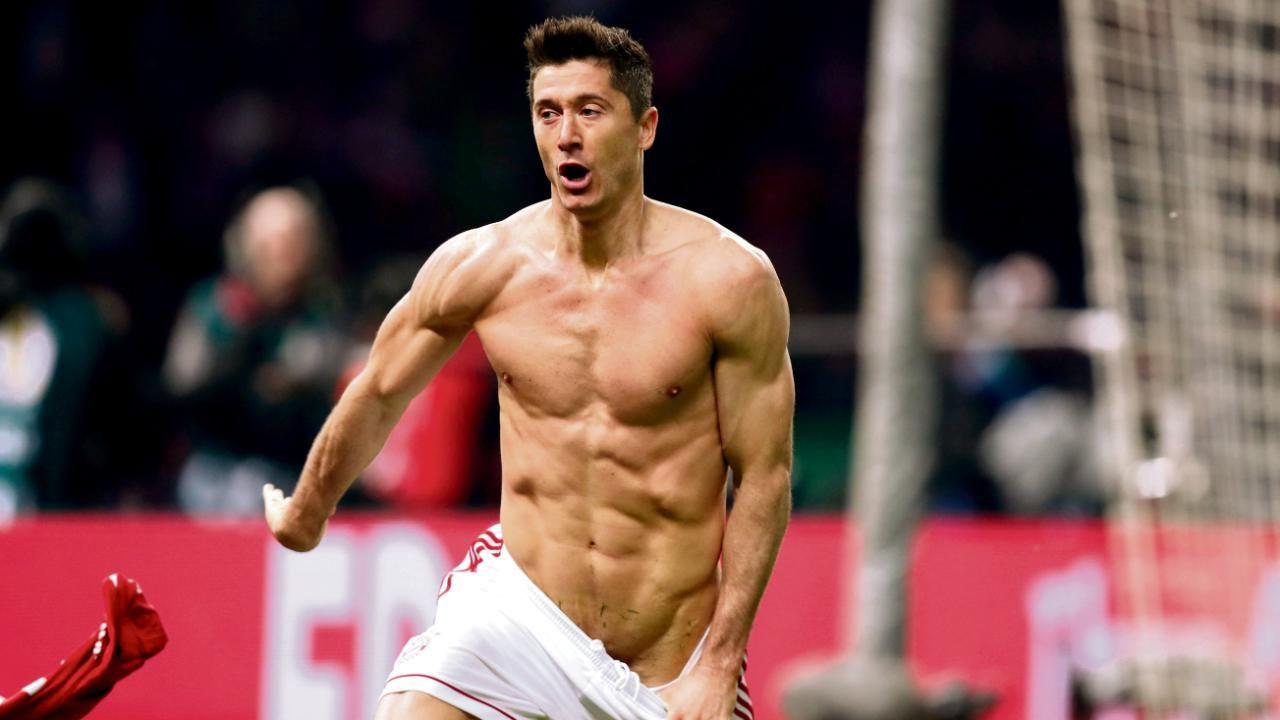 Robert LEWANDOWSKI (Bayern Munich) with naked, free upper
