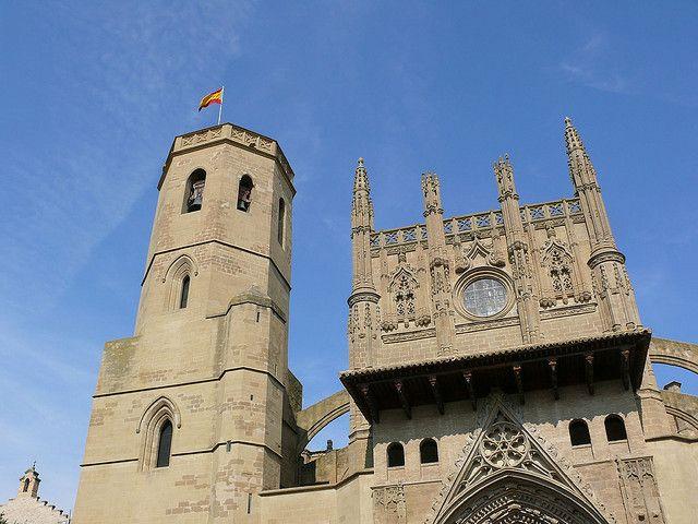 La bandera española ondea en la Catedral de Huesca | Flickr: Intercambio de fotos