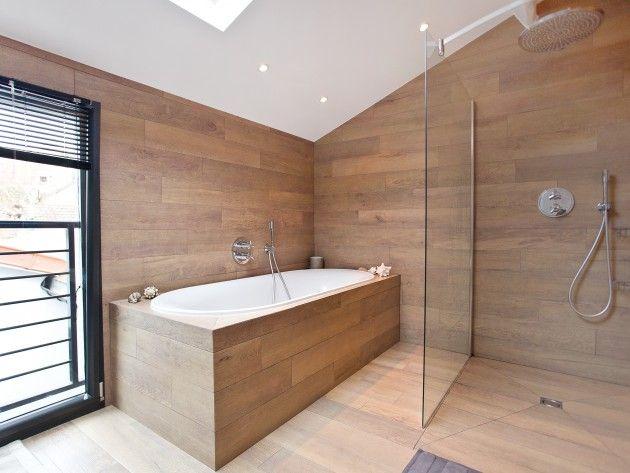 douche entièrement recouverte de planche en bois avec séparation en ...