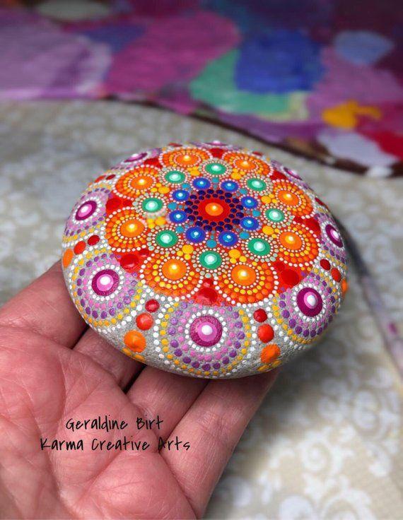 Dot Mandala Stone. Muttertagsgeschenk. Natürlicher Strandstein. | Etsy #mandala #muttertagsgeschenk #naturlicher #originalgiftideas #stone #strandstein #mandala