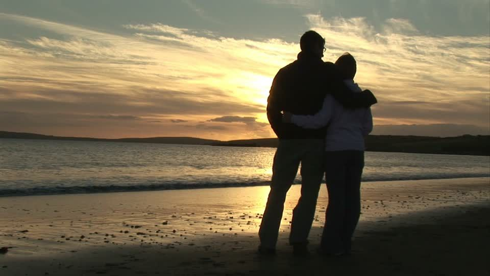 A Couple Looking At The Sunset Este Plano Royalty Free Hd Sobre Kinsale Viaje De Novios Día De San Valentín Space Travel Posters Backyard Trampoline Sunset