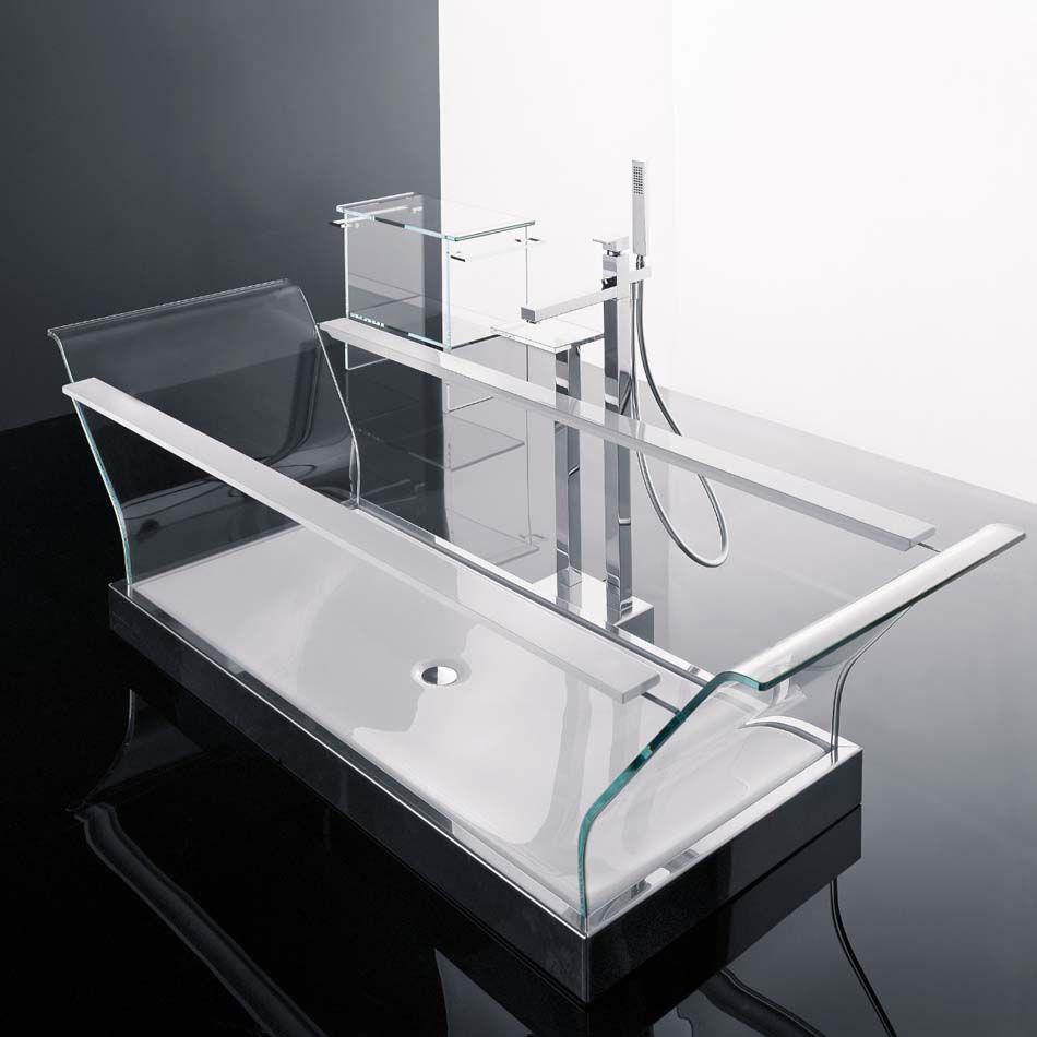 Salle De Bain Moderne à La Baignoire Transparente En Verre Au Design Branché