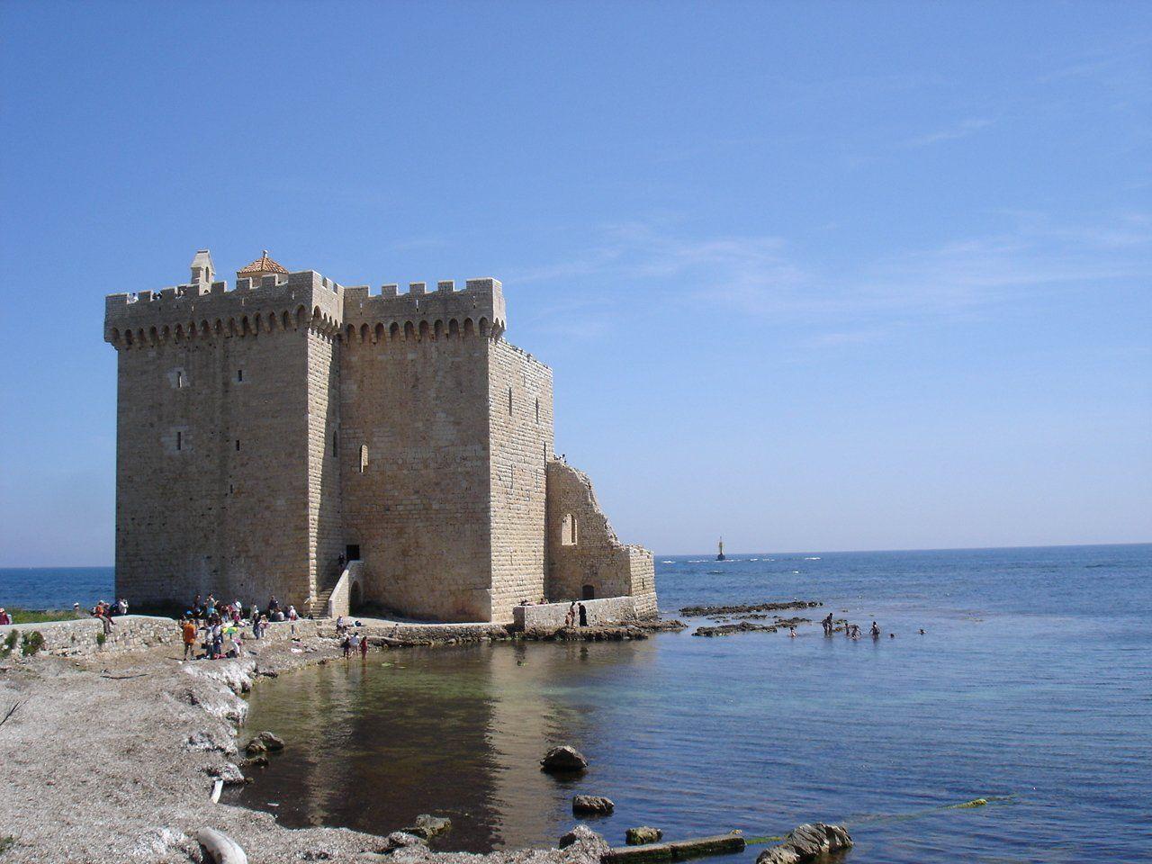 Le monastère fortifié de l'abbaye de Lérins est le joyau de l'île de Saint-Honorat. Bâti sur une presqu'île de la côte sud, il offre une vue splendide de la Méditerranée depuis ses remparts. Photo : (c) Idarvol