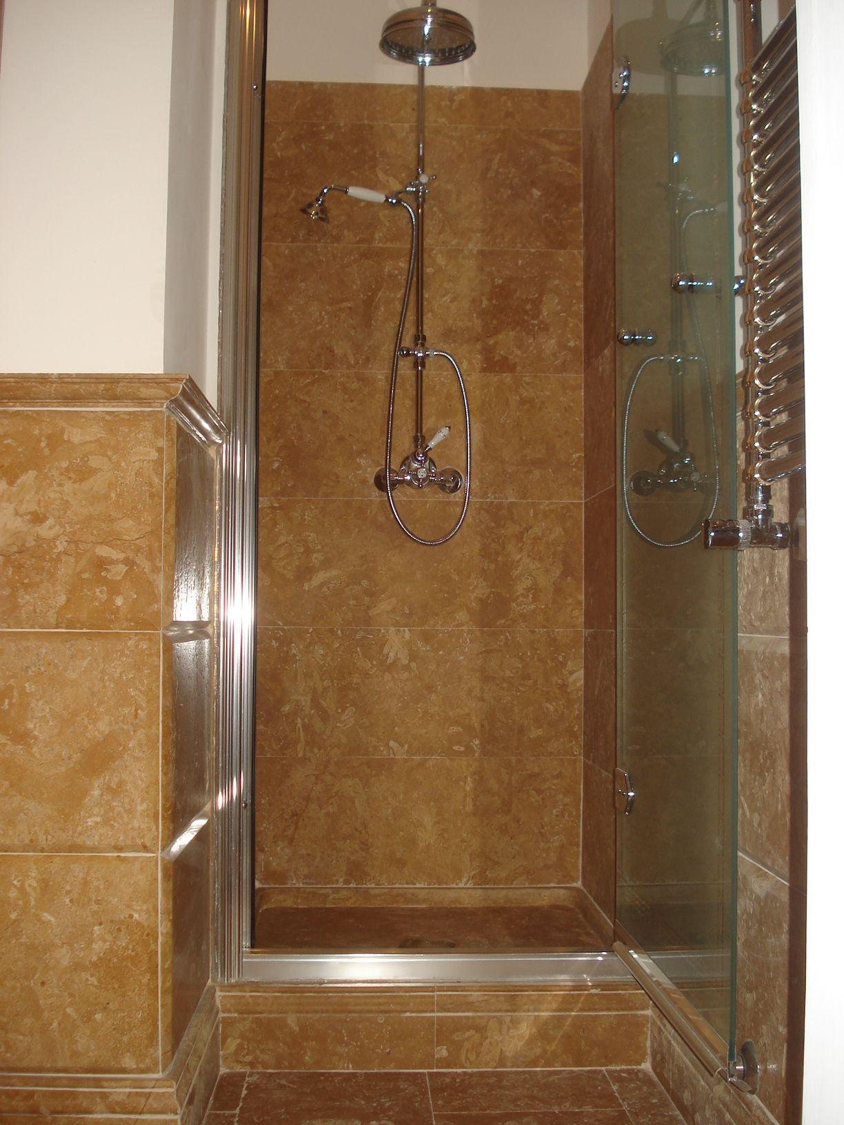 Stanza da bagno pavimentata rivestita con lastre di - Bagno con pietra ...