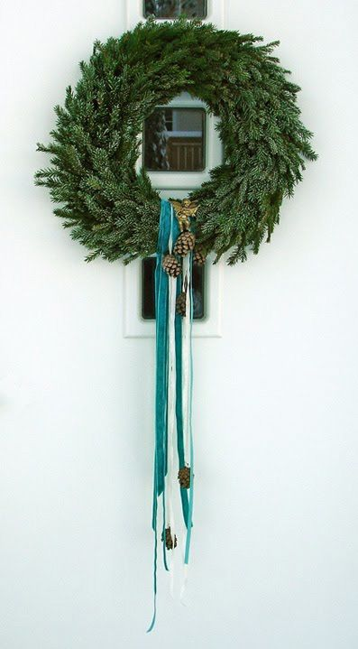 DIY Christmas wreath. So simple and pretty