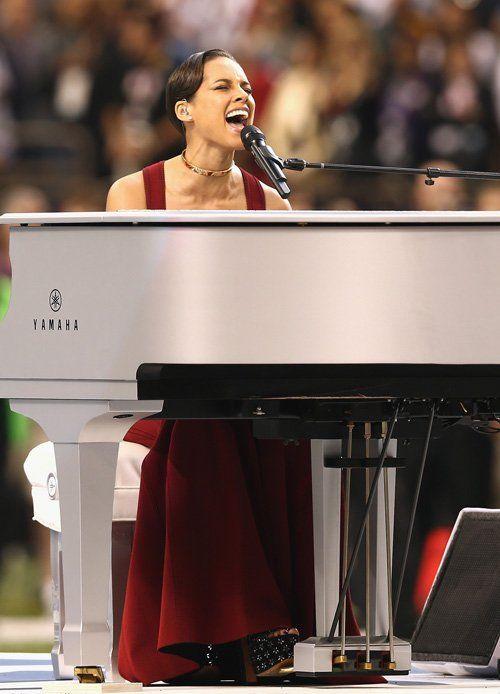 Superbowl Xlvii Alicia Keys Star Spangled Banner Performance Pics Http Chicagofabulousblo Star Spangled Banner Super Bowl Singing The National Anthem