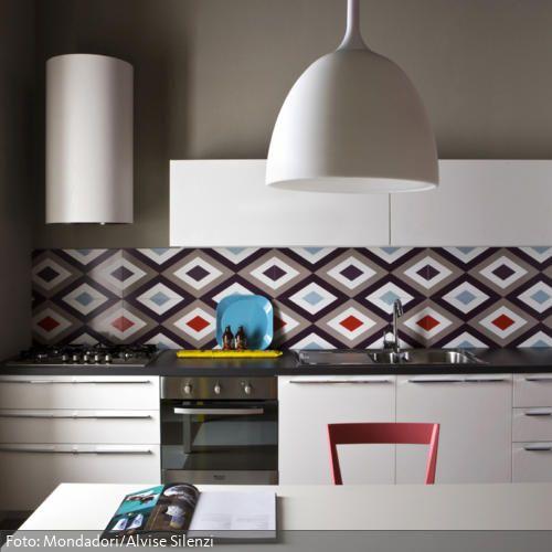 Die Einbauküche verläuft über eine gesamte Seite der Küche und ist - rückwand für küche