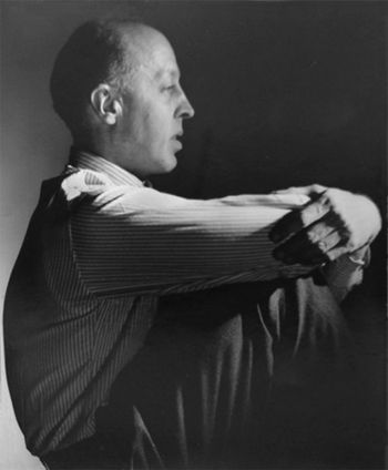 George Hoyningen-Huene nació en un mundo de privilegios de la aristocracia rusa a finales del siglo [b. 1900]. En París, como un refugiado de la [ruso] Revolución, trabajó para Vogue , primero como dibujante y luego como fotógrafo de moda sumamente exitoso. Con confianza, incluso imperiosamente, creó imágenes sin precedentes de elegancia perfecta por medio de modelos, ropa y, sobre todo, la manipulación de la luz.