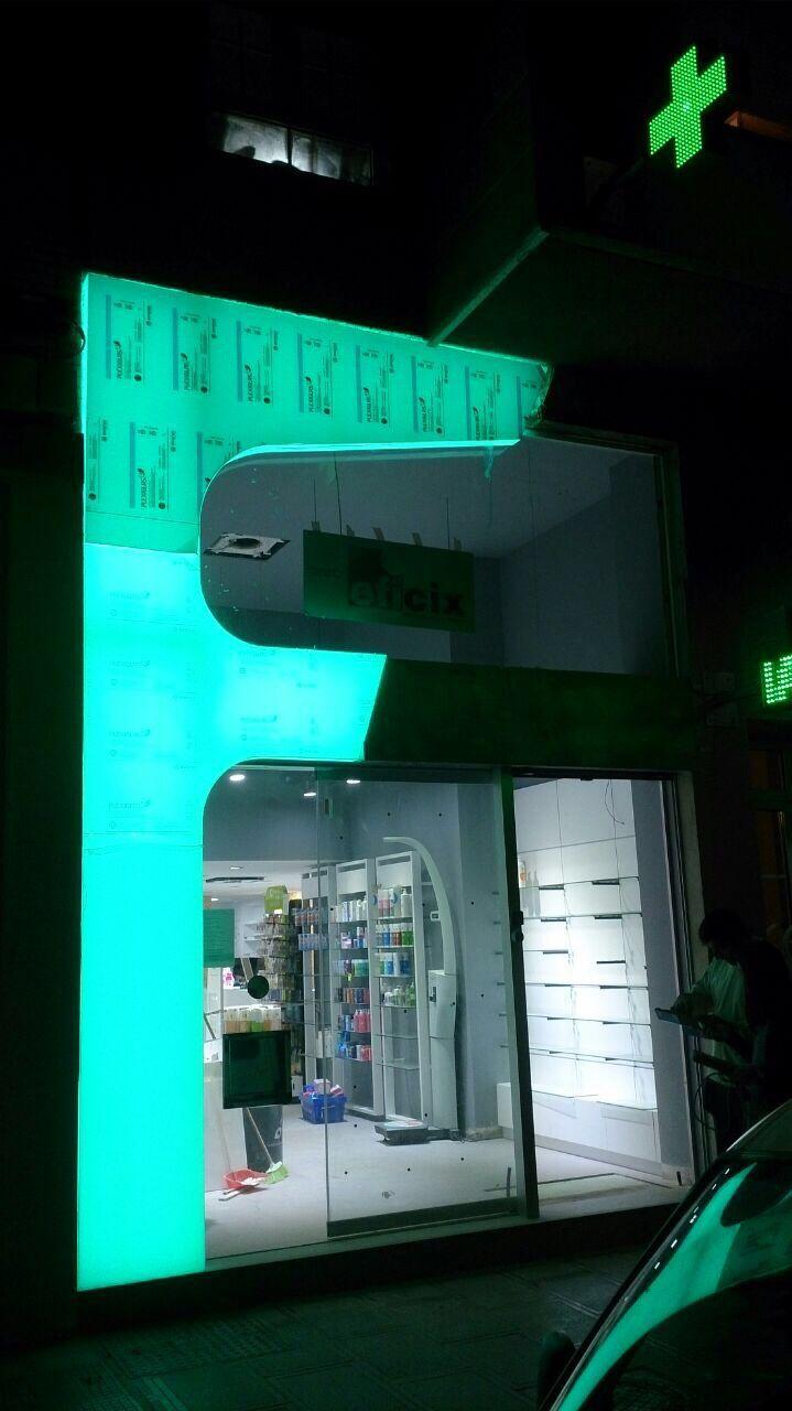 fachada farmacia sin terminar nocturna
