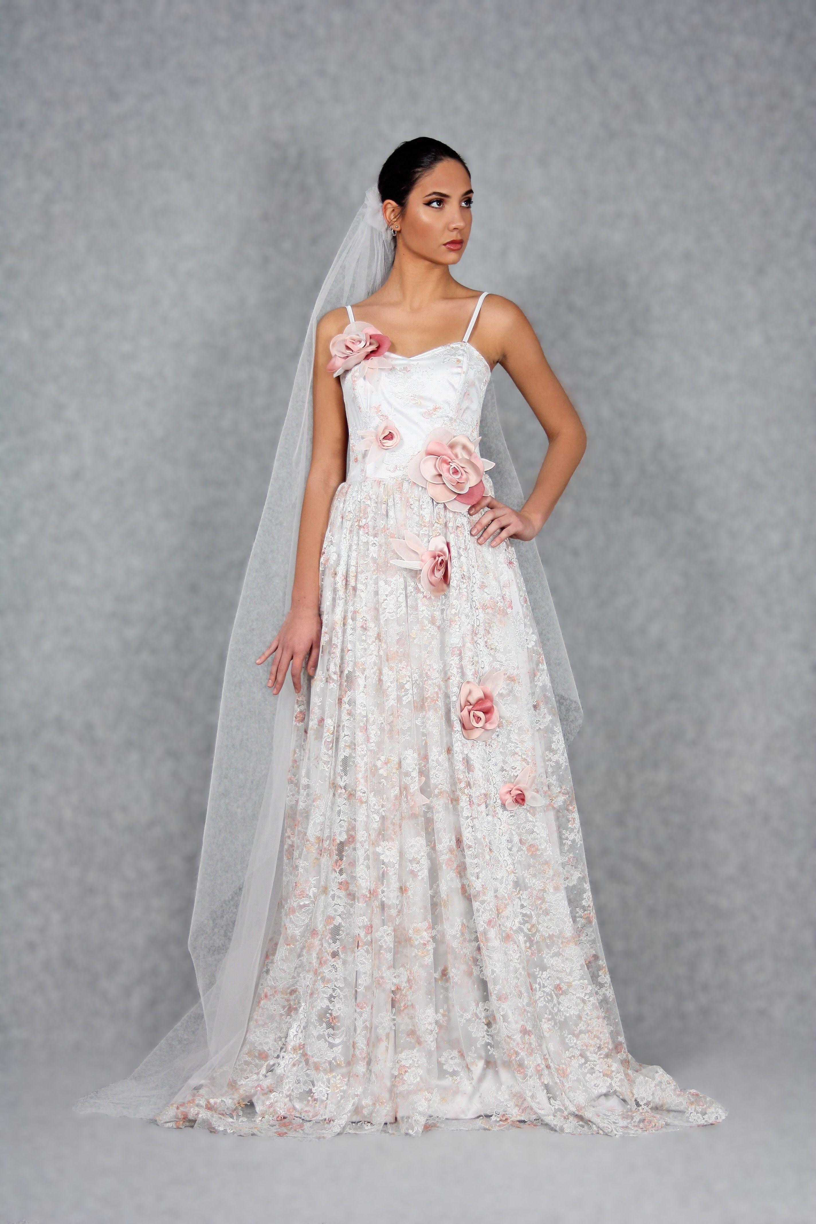 Abito da sposa in pizzo chantilly in tonalità grigio perla e rosa pallido,  finemente decorato