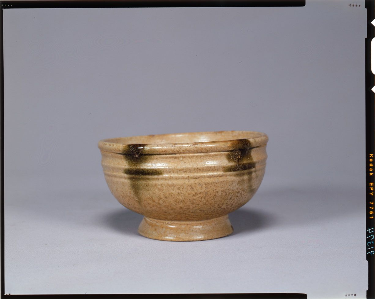 Bowl Vietnam, Giao Châu period (2d – 4th century) Ash glazed with daubs of green brown, H. 7,80 cm – D. 12,50 cm Tokyo, National Museum, TG-2410